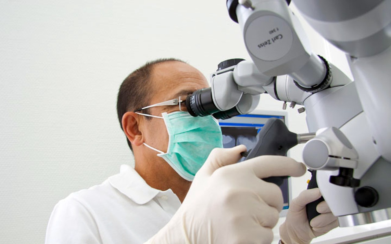 Zahnarztpraxis Filderstadt Leuchtweis: Operationsmikroskop