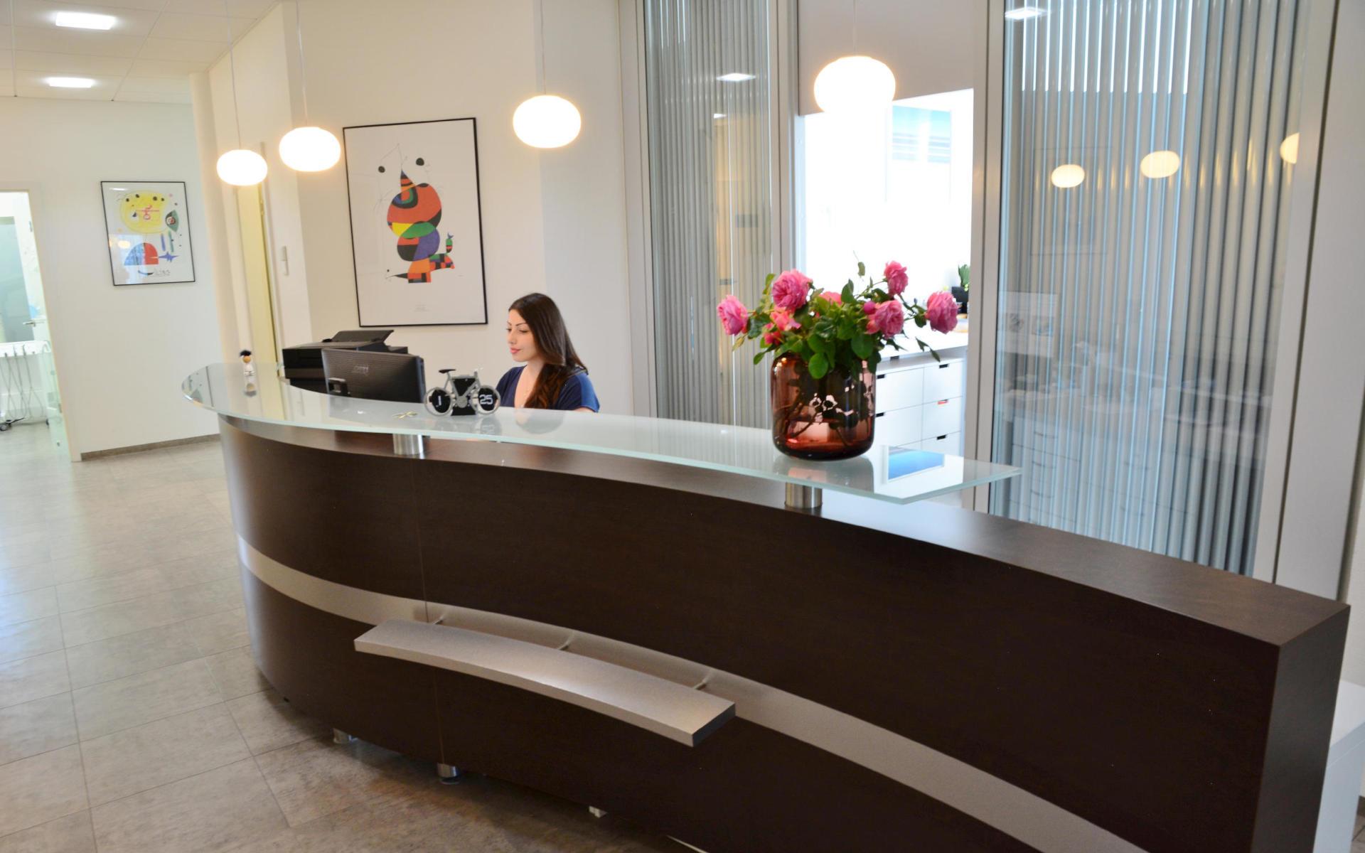 Empfangstheke Zahnarztpraxis Leuchtweis