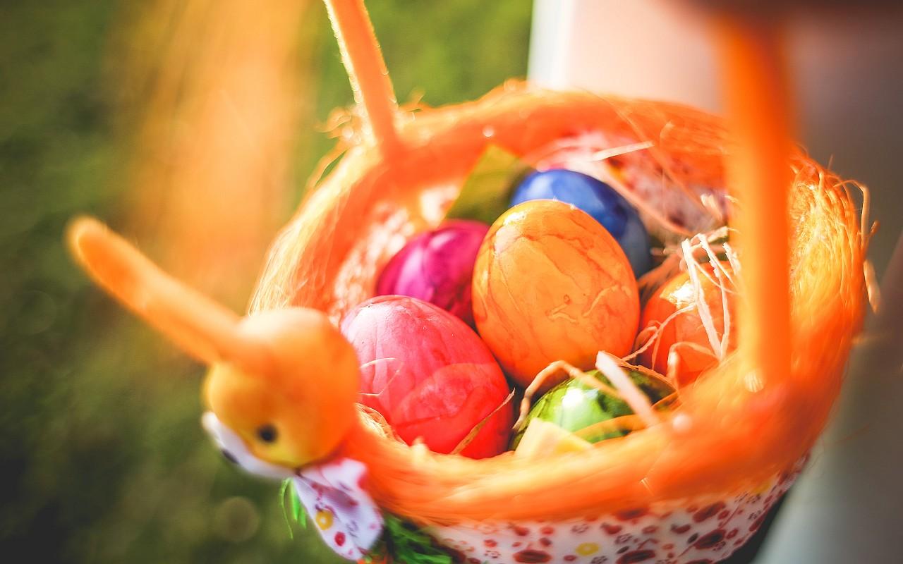 Osterkorb mit gefärbten Ostereiern