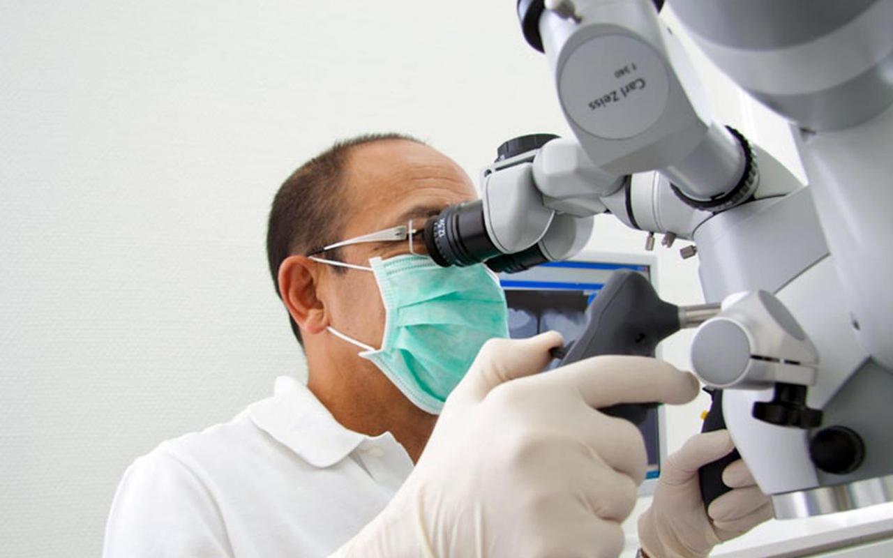 Zahnarztpraxis Leuchtweis Operationsmikroskop